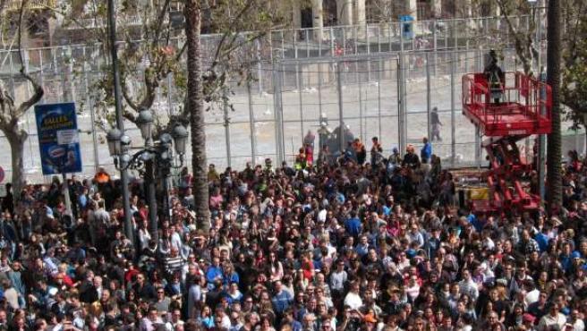 Imagen de la plaza del ayuntamiento tras el disparo de la mascletà