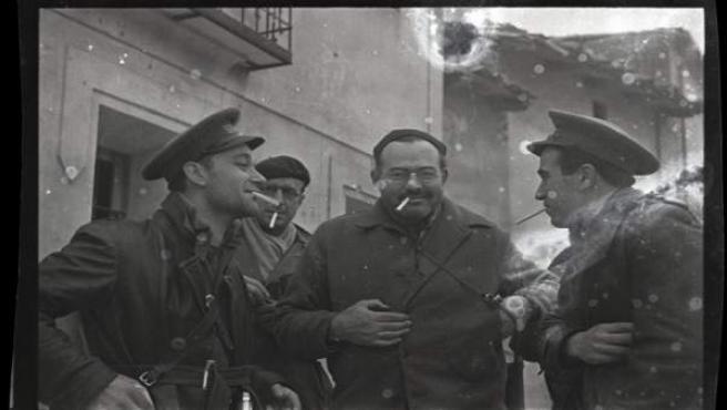 Ernest Hemingway (tercero per la izquierda), Herbert Matthews, periodista del 'New York Times' (segundo por la izquierda) y dos soldados republicanos.