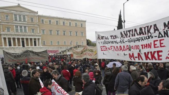 Protestas en Grecia frente al Parlamento.