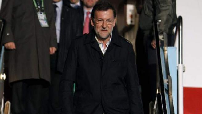 El Presidente del Gobierno español, Mariano Rajoy, desciende de un avión.