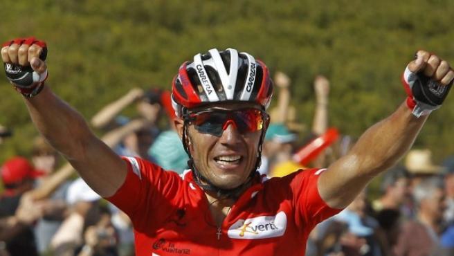 """El ciclista del Katusha, Joaquín """"Purito"""" Rodríguez levanta los brazos."""