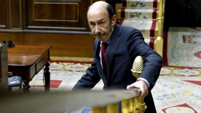 Rubalcaba baja de su escaño en el Congreso de los Diputados.