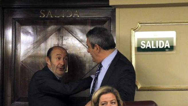 El líder del PSOE, Alfredo Pérez Rubalcaba, conversa con el diputado y líder socialista de Castilla y León, Julio Villarrubia.