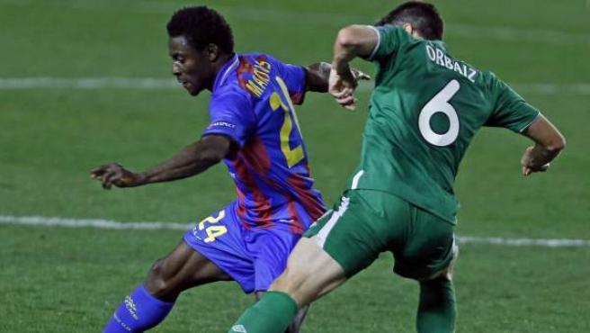 Obafemi Martins y Pablo Orbaiz pelean por un balón en el Levante - Rubin Kazan.
