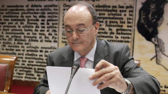 El gobernador del Banco de España, Luis María Linde, durante su comparecencia esta mañana en la Comisión de Presupuestos del Senado.