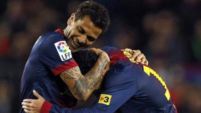 Los jugadores del FC Barcelona, Pedro y Alves, durante la celebración de un gol.