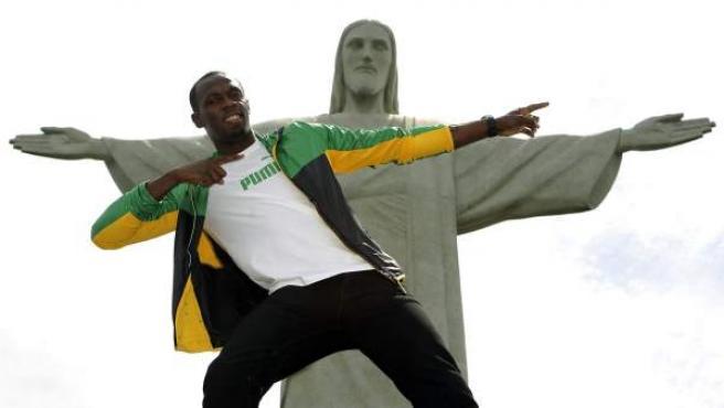 El atleta jamaicano y medallista olímpico Usain Bolt visita el monumento del Cristo Redentor en la ciudad de Río de Janeiro (Brasil).