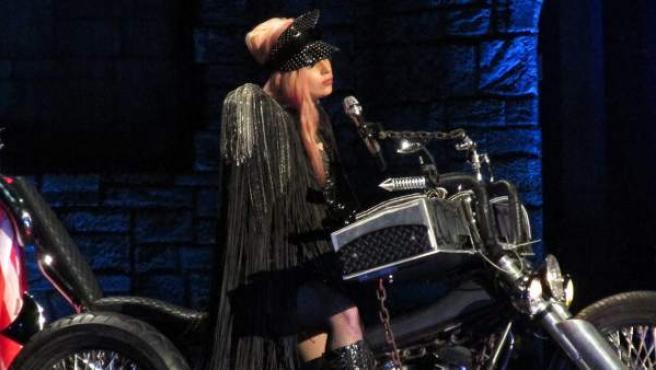 Lady Gaga sobre una moto, en un concierto.