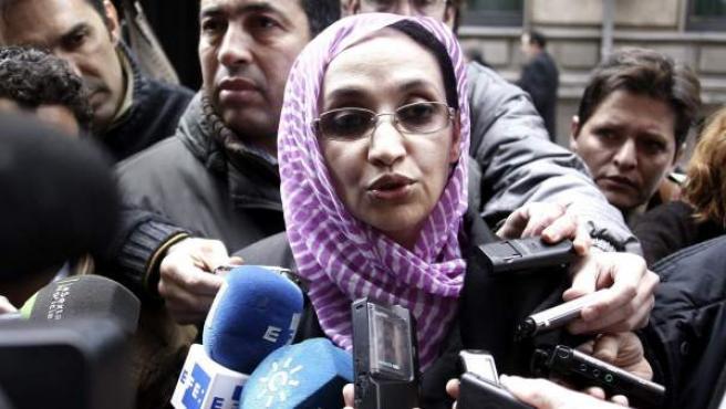 La defensora de los derechos humanos saharaui Aminatu Haidar ha su salida de la Audiencia Nacional tras declarar en el procedimiento contra altos cargos de Marruecos acusados de genocidio.