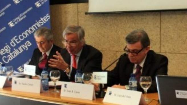 El decano del Colegio de Economistas de Cataluña, Joan B. Casas (segundo por la derecha), con los responsables del informe.