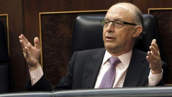 El ministro de Hacienda, Cristóbal Montoro, durante la sesión de control al Gobierno que tiene lugar hoy en el Congreso de los Diputados.