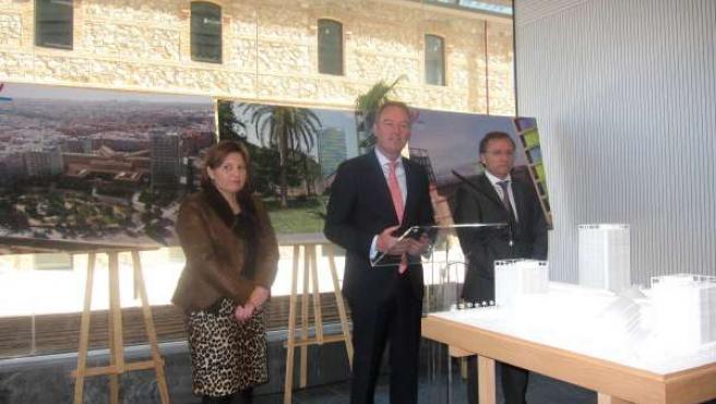 Alberto Fabra durante su intervención tras la visita al complejo 9 d'Octubre
