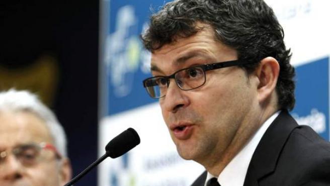 El médico del Barça, Ricard Pruna, en una rueda de prensa junto al traumatólogo Ramón Cugat.