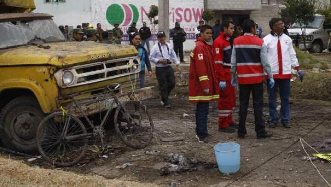 Expertos forenses, ejército mexicano, protección civil y policías municipales, trabajan en la zona donde explotó un vehículo que transportaba cohetes pirotécnicos.
