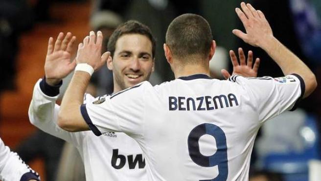 Los nueves del Real Madrid, Higuaín y Benzema, celebran un gol.