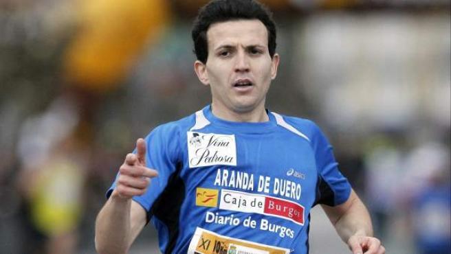El atleta Juan Carlos Higuero entra primero en meta en Laredo.