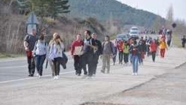 Un grupo de peregrinos caminando hacia Javier.