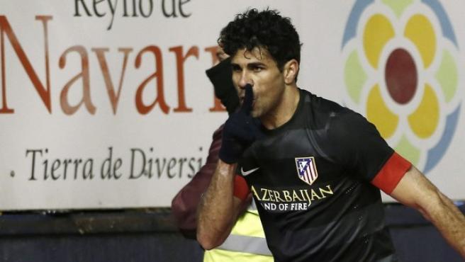 El jugador del Atlético de Madrid Diego Costa manda callar a la afición de Osasuna en la celebración de un gol.