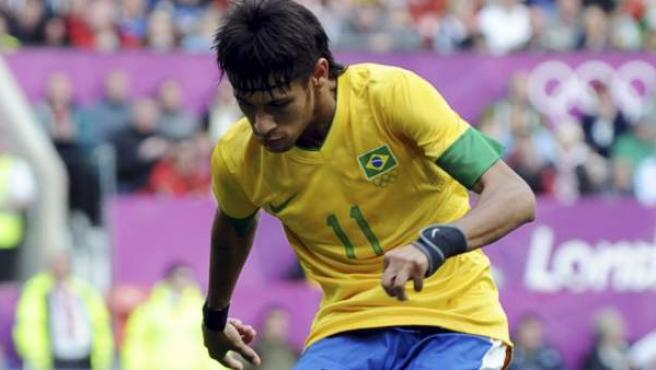 Neymar golpea un balón durante los Juegos Olímpicos de Londres 2012.