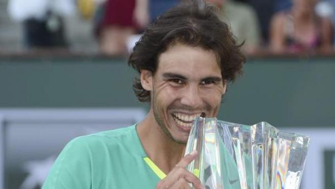 Nadal muerde su trofeo tras proclamarse campeón en Indian Wells, el 17 de marzo de 2013.