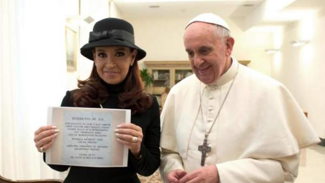 Fotografía distribuida por el diario vaticano 'L'Osservatore Romano' que muestra al papa Francisco y a la presidenta argentina, Cristina Fernández de Kirchner.