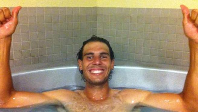 El tenista Rafa Nadal se da un baño de recuperación tras ganar en Indian Wells.