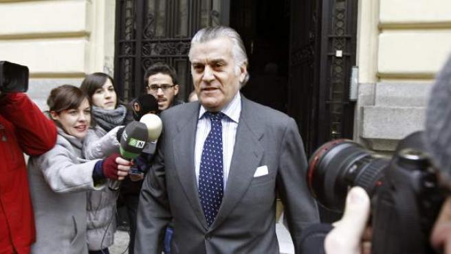El extesorero del Partido Popular, Luis Bárcenas, a su salida de su domicilio.