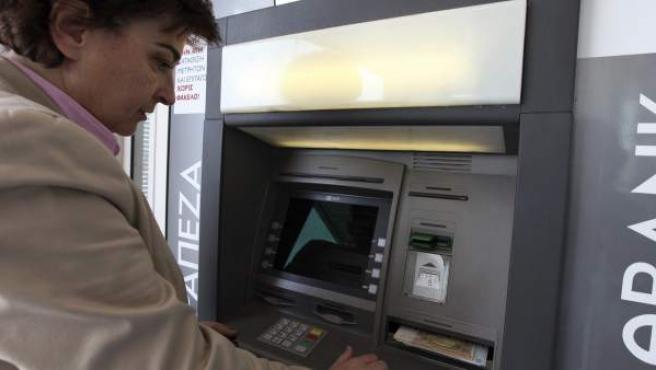 Una mujer saca dinero de un cajero en Nicosia, Chipre.