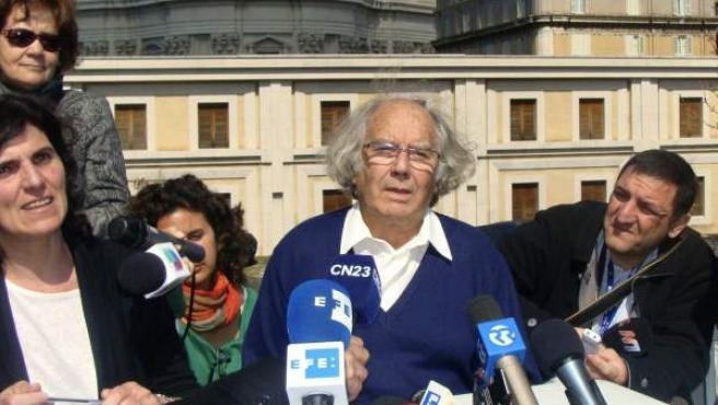 El Premio Nobel por la Paz de 1980, Adolfo Pérez Esquivel, durante la rueda de prensa que ha ofrecido en Roma tras de ser recibido en audiencia privada por el papa Francisco.