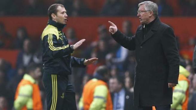 Alex Ferguson discute con el cuarto árbitro tras el Manchester United - Real Madrid.
