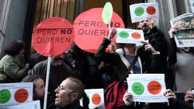 Un grupo de miembros de la Plataforma de Afectados por la Hipoteca protesta ante el domicilio de Alberto Ruiz-Gallardón.