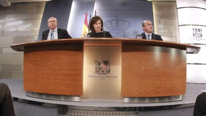 La vicepresidenta del Gobierno y los ministros de Educación (i) y Economía (d), en la rueda de prensa posterior al Consejo de Ministros de este viernes.