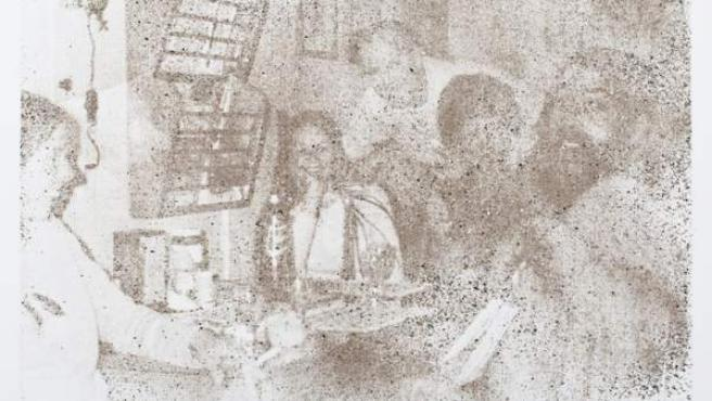 Uno de los cuadros de la colección, en el que puede verse a Douglas Throwell, con 26 años, con varios amigos, pintado con su propia ceniza.