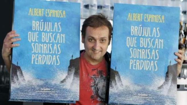 """""""Vivo de los desconocidos, a los que pido que me regalen historias"""", confiesa Espinosa."""