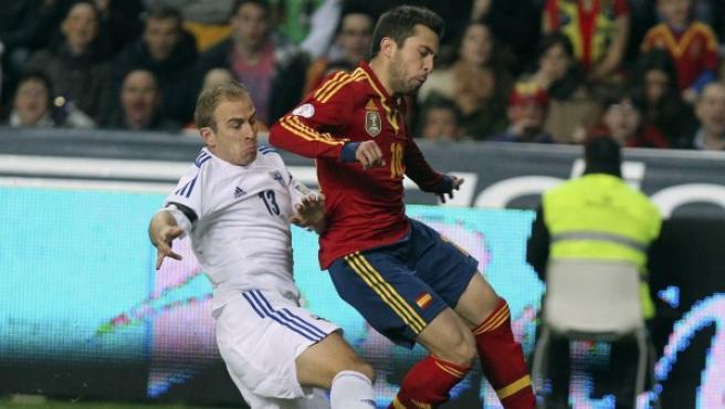 El defensa de la selección española Jordi Alba (d) disputa el balón con el centrocampista de la selección finlandesa Kari Arkivuo.