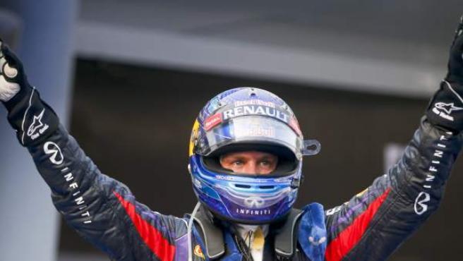 Sebastian Vettel celebra su victoria en el G. P. de Malasia. Alonso abandonó en la segunda vuelta por un choque.