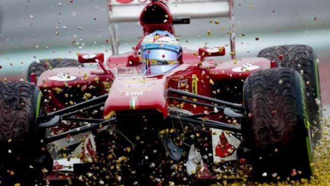 El Ferrari de Fernando Alonso se quedó sin alerón en Sepang.