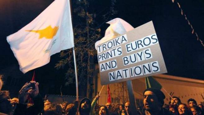 Varios chipriotas se manifiestan ante el Parlamento del país para rechazar las exigencias de Europa y la troika para rescatar el país.
