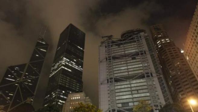 Los edificios de la Statue Square de la luminosa ciudad china de Hong Kong también se apagan durante 60 minutos.