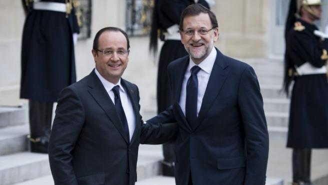 El presidente francés François Hollande (izda) recibe al presidente del Gobierno español, Mariano Rajoy.