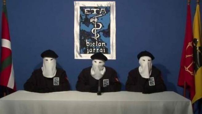 Imagen de archivo del vídeo en el que ETA anunció el cese definitivo de su actividad armada el pasado 20 de octubre de 2011.