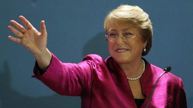 La expresidenta de Chile Michelle Bachelet saluda, el 27 de marzo de 2013, durante un acto en la periferia de Santiago de Chile donde anunció de que se presenta a la reelección en las presidenciales de noviembre.