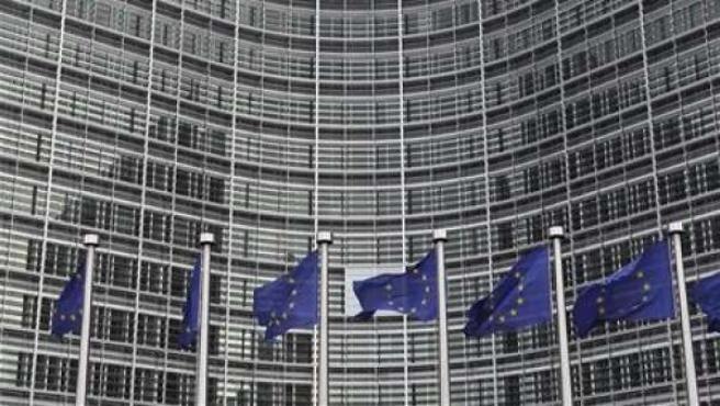 Banderas de la UE en la sede de la Comisión Europea.