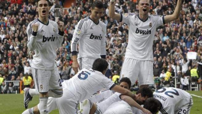 Los jugadores del Real Madrid celebran un gol ante el Barça.