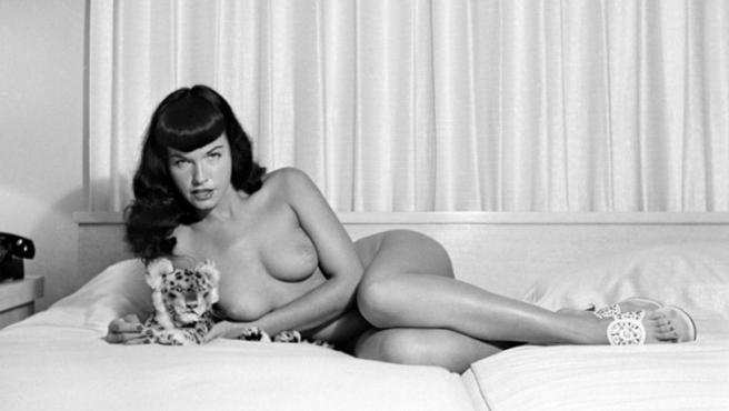 Bettie Page retratada por la fotógrafa y 'pin-up' Bunny Yeager en 1954