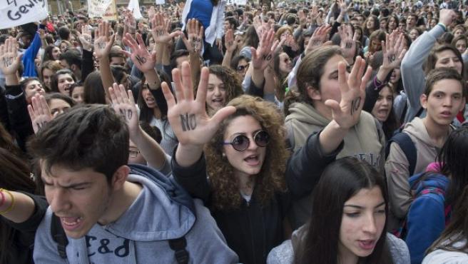 """Estudiantes con la palabra """"No"""" escrita en las palmas de las manos se manifiestan frente al Parlamento en Nicosia, Chipre."""