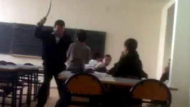 Imagen captada del vídeo que muestra la agresión de un profesor a un alumno en un colegio marroquí de Melilla.
