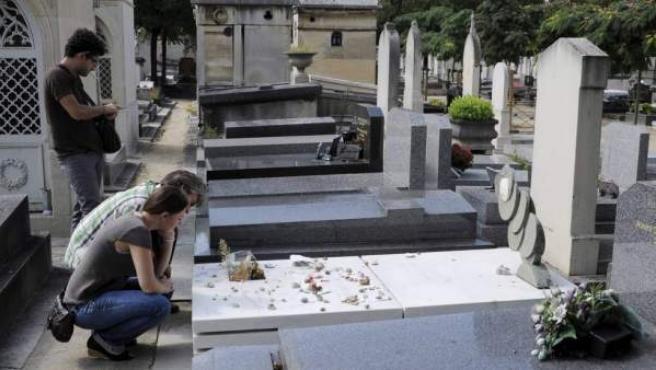 Tumba de Julio Cortázar en el cementerio de Montparnasse en París.