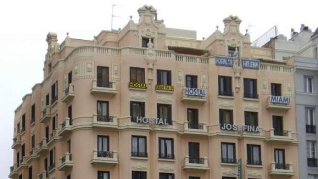 Imagen de varios hostales legales en el centro de Madrid.