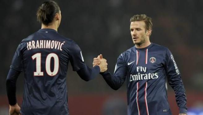 David Beckham y Zlatan Ibrahimovic se saludan en su etapa en el Paris Saint-Germain.